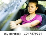 Pose of a woman driver who is very concentrated while driving.