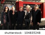 Постер, плакат: Def Leppard arriving at