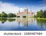 Stock photo neues rathaus hannover spiegelt sich im maschteich 1080487484