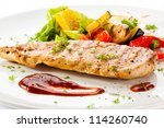 Постер, плакат: Grilled chicken breasts and