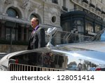 Постер, плакат: Luxury cars outside Hotel