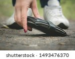Woman Is Found A Wallet On A...