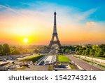 Eiffel Tower And Fountains Near ...