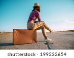 Постер, плакат: Traveler woman sits on
