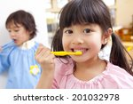 Постер, плакат: Kindergarten children to brush