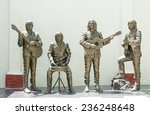 Постер, плакат: Statue honoring The Beatles