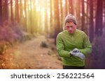 Постер, плакат: Trail running runner looking