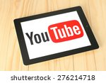 Постер, плакат: YouTube logotype on iPad