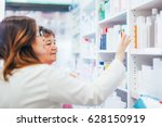 pharmacist and senior costumer...   Shutterstock . vector #628150919