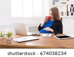 pregnant woman eating apple in