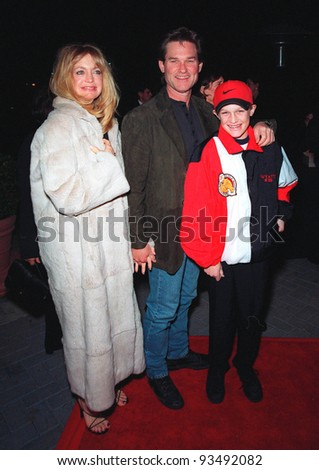 "10FEB99:  Actress GOLDIE HAWN & actor boyfriend KURT RUSSELL & son WYATT at the premiere of ""200 Cigarettes"" which stars her daughter Kate Hudson.  Paul Smith/Featureflash"