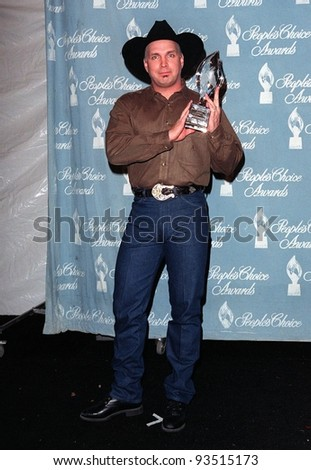 11JAN98: Singer GARTH BROOKS at the People's Choice Awards, in Los Angeles, where he was presented won the Favorite Male Musical Performer award.