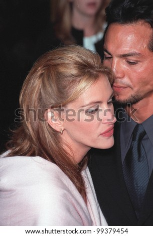 "25JUL99: Actress JULIA ROBERTS & actor boyfriend BENJAMIN BRATT at the Los Angeles premiere of her new movie ""Runaway Bride"" in which she stars with Richard Gere.    Paul Smith / Featureflash - stock photo"
