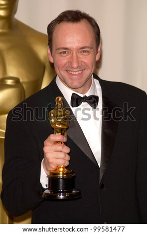"26MAR2000:  ""American Beauty"" star KEVIN SPACEY - winner of Best Actor - at the 72nd Academy Awards.  Paul Smith / Featureflash"