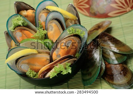 New Zealand green mussels in a bowl - stock photo
