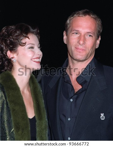 15NOV97:  Pop star MICHAEL BOLTON shows off his new short haircut and his girlfriend, actress ASHLEY JUDD, at the CableACE Awards in Los Angeles. - stock photo