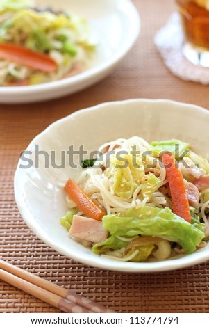 Stire fired rice noodle with vegetables and meat