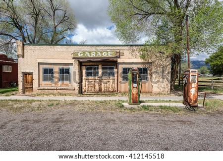 10th May 2015. Abandoned run-down service garage alongside Highway 89  in rural Utah, USA - stock photo