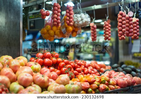 tomatoes and other vegetables on spanish market counter
