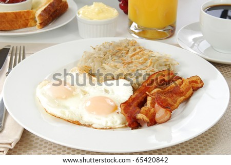 A breakfast of bacon, eggs and hash browns