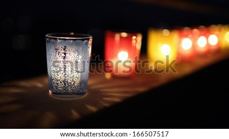 A collection of stained or clear glass in which candles are burnt on windowsills on 8 December.