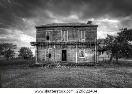 A dilapidated two storey late Victorian Georgian farm house with corrugated iron roof with attic space and corbelled brick fireplace,  situated  Hawkesbury river and the plains of Freeman's Reach.  - stock photo