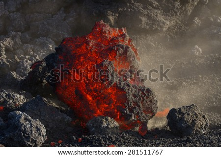 A few steps from the lava front. The casting continues to fall inside the valle del bove.