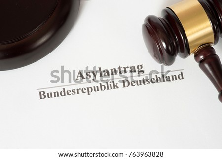 A gavel and an asylum application in German
