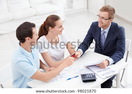 A man gives a credit card consultant