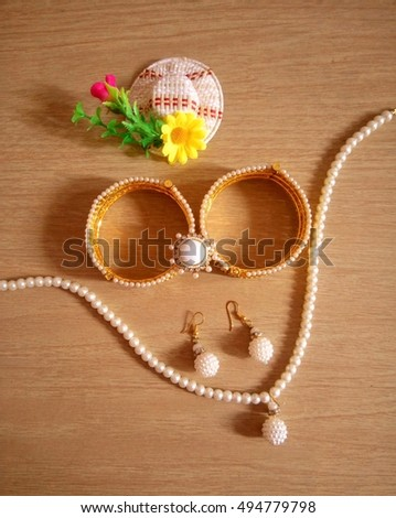 A pearl necklace set with bangle bracelet