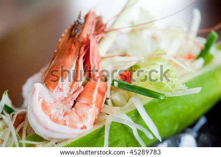 A refreshing salad with cooked prawns on top