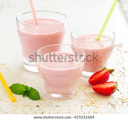 A refreshing smoothie with oatmeal and strawberries.