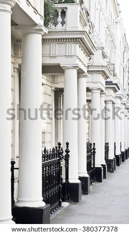 A row of georgian town houses with pillars on a London street