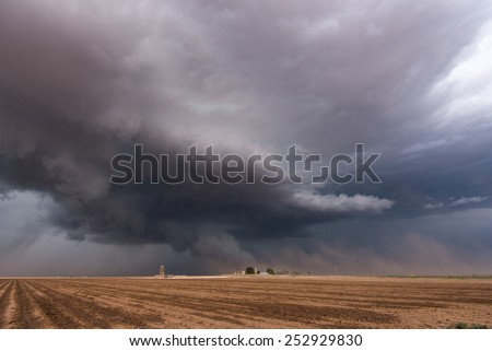 A severe-warned thunderstorm storm in Texas