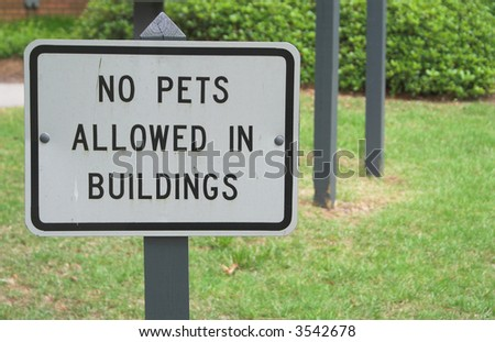 Sign stating no pets allowed in building stock photo
