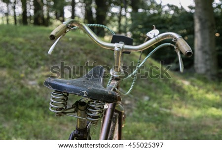 A view of an old abandoned bicycle