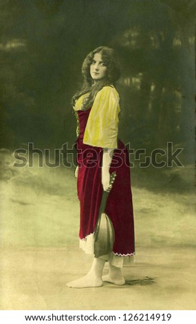 A vintage photo portrait from 1913 of french  woman