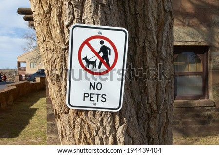 Accompany prohibition sign of pet that has been parked in the trunk of the big tree