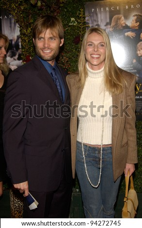 Actor CASPER VAN DIEN & actress wife CATHERINE OXENBERG at the Los Angeles premiere of Evelyn. 03DEC2002.   Paul Smith / Featureflash