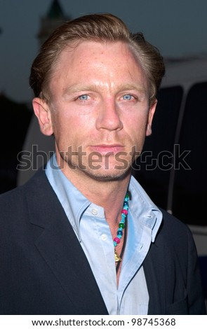 Actor DANIEL CRAIG at the world premiere, in Los Angeles, of his new movie Lara Croft: Tomb Raider. 11JUN2001.    Paul Smith/Featureflash - stock photo
