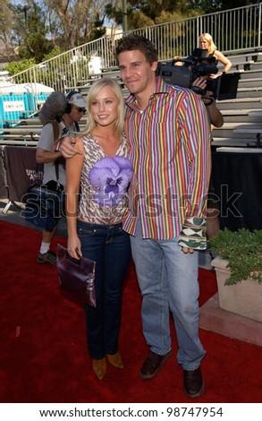 Actor DAVID BOREANAZ & actress girlfriend JAIME BERGMAN at the 2001 Teen Choice Awards at the Universal Amphitheatre, Hollywood.   12AUG2001.   Paul Smith/Featureflash - stock photo