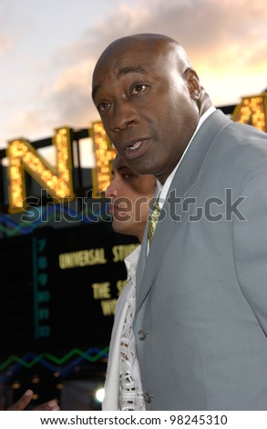 Actor MICHAEL CLARKE DUNCAN at the world premiere, in Los Angeles, of his new movie The Scorpion King. 17APR2002.  Paul Smith / Featureflash - stock photo