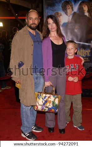 Actor RICHARD SCHIFF & actress wife SHEILA KELLY & son at the Los Angeles premiere of Harry Potter and the Chamber of Secrets. 14NOV2002.   Paul Smith / Featureflash