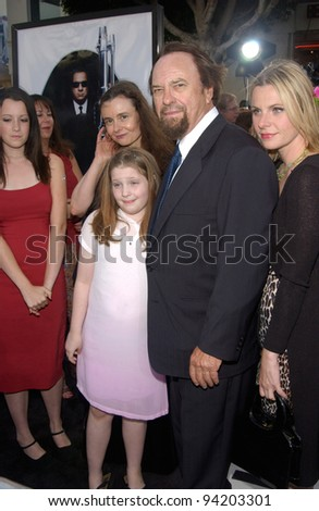 Actor RIP TORN & family at the Los Angeles premiere of his new movie Men in Black II. 26JUN2002.  Paul Smith / Featureflash