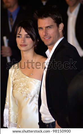 Actor TOM CRUISE & actress girlfriend PENELOPE CRUZ at the world premiere, in Hollywood, of their new movie Vanilla Sky. 10DEC2001.   Paul Smith/Featureflash - stock photo