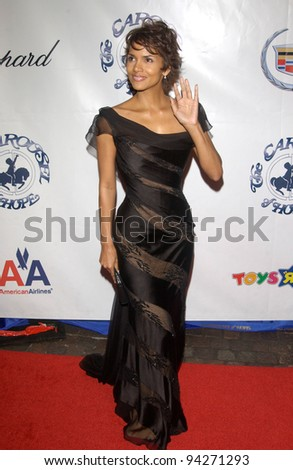 Actress HALLE BERRY at the 15th Carousel of Hope Ball at the Beverly Hilton Hotel, Beverly Hills. 15OCT2002.   Paul Smith / Featureflash - stock photo