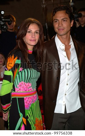 Actress JULIA ROBERTS & actor boyfriend BENJAMIN BRATT at the world premiere, in Los Angeles, of his new movie Red Planet. 06NOV2000.  Paul Smith / Featureflash - stock photo