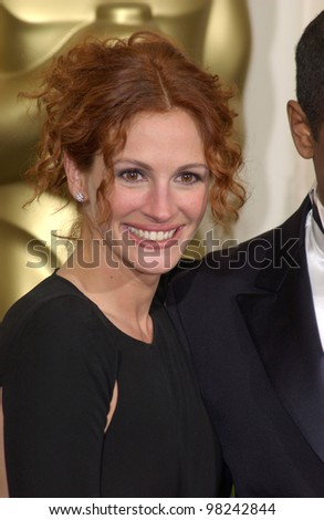 Actress JULIA ROBERTS at the 74th Annual Academy Awards in Hollywood. 24MARR2002.   Paul Smith / Featureflash - stock photo