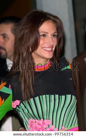 Actress JULIA ROBERTS at the world premiere, in Los Angeles, of boyfriend Benjamin Bratt's new movie Red Planet. 06NOV2000.  Paul Smith / Featureflash - stock photo