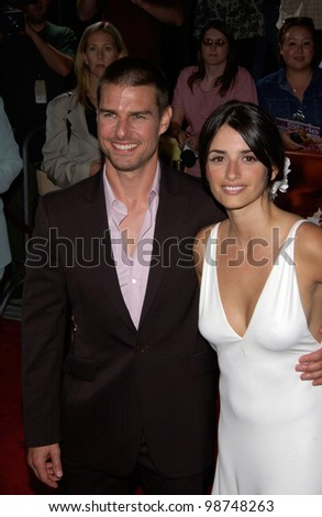 Actress PENELOPE CRUZ & actor boyfriend TOM CRUISE at the the Los Angeles premiere of her new movie Captain Corelli's Mandolin. 13AUG2001.   Paul Smith/Featureflash
